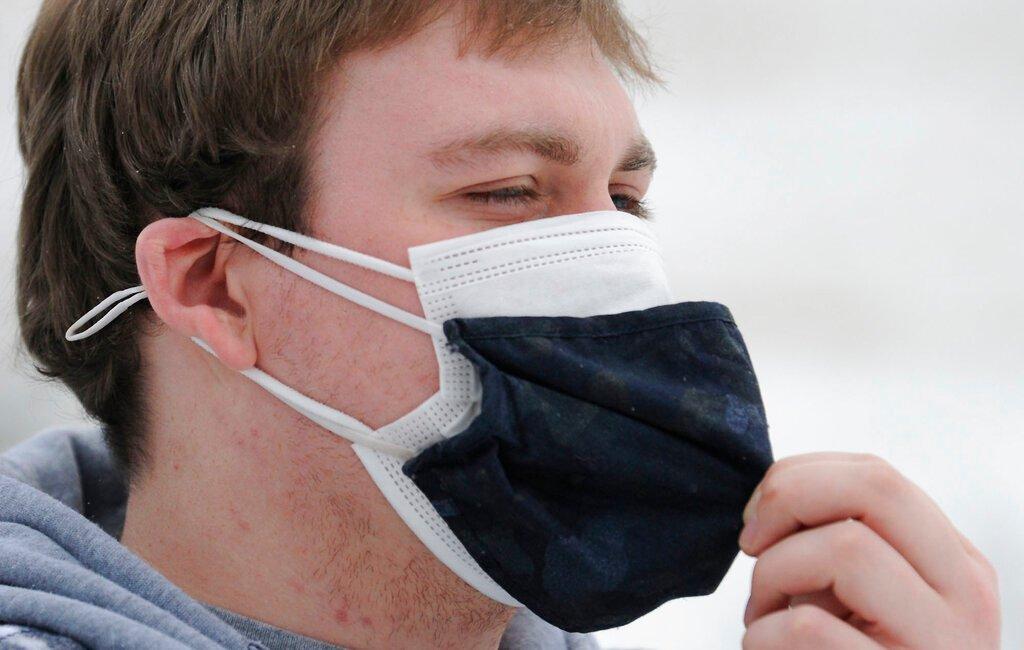 Indossare due mascherine rinforza le difese contro il contagio: lo dice la scienza