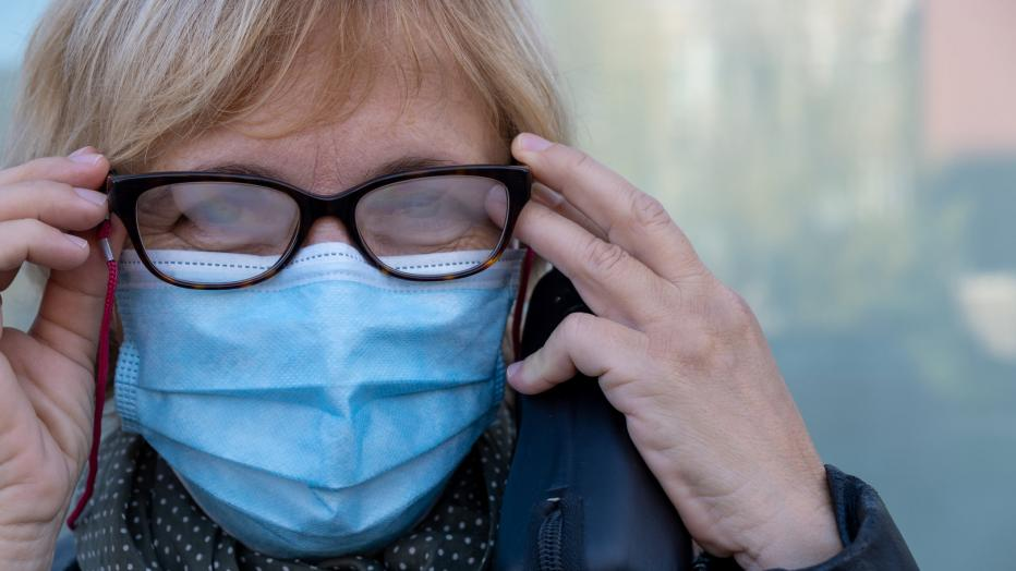 Come evitare che gli occhiali si appannino con la mascherina